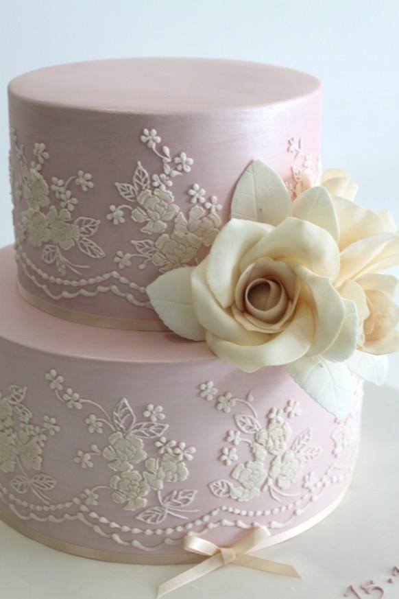 Торт с кружевом и цветком