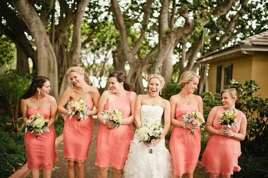 Demoiselles d'honneur en tenues de soirée corail courtes