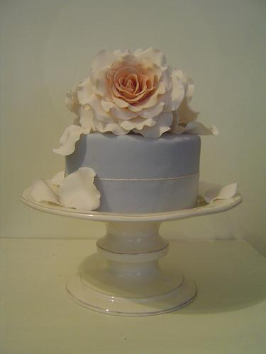 Hochzeit - Blauer Kuchen mit Rosen