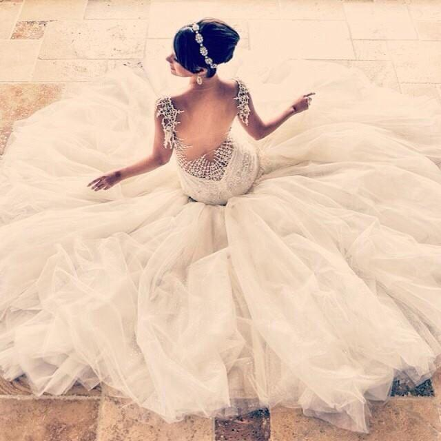 Düğün - White wedding dress spreading like umbrella