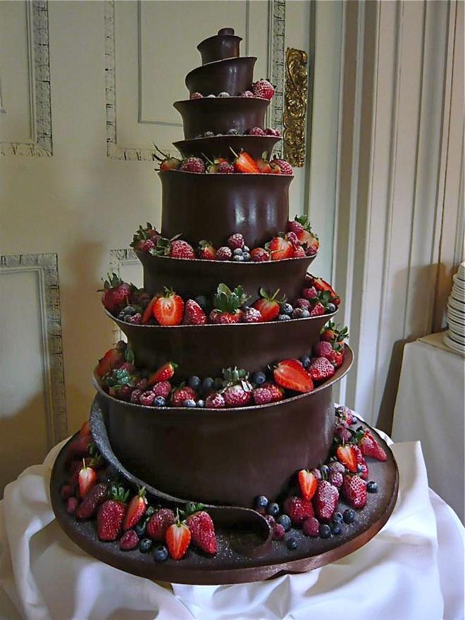 Weddbook ♥ This extreme red and black wedding cake is perfect for celebrating your special day. The toppings include strawberries and plums. The dark chocolate