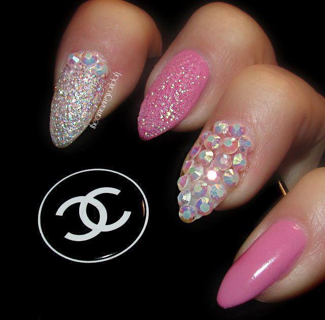 Ногти розовые с камнями фото