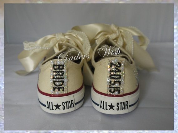 زفاف - Wedding cream converse / Name and date converse / Vintage converse / lace converse / brooch / romantic/ lace converse / unique / - New