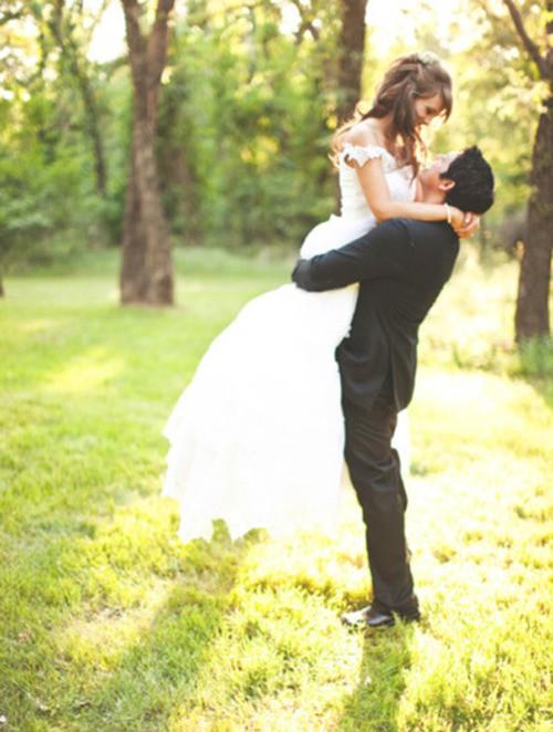 Невеста на руках у жениха фото