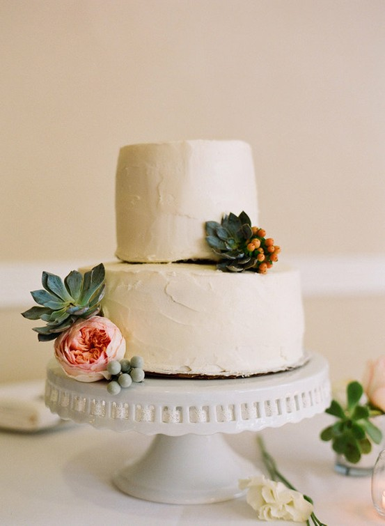 How To Use Fresh Flowers To Decorate A Wedding Cake