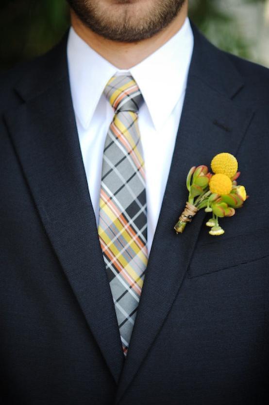 Mariage - Craspedia boutonnière et cravate à carreaux pour Groom