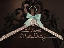 wedding photo - BLING Hanger de mariage / Cendrillon nuptiale Hanger / Disney Hanger / Brides mariage Nom Hanger / Mariée Hanger / Bling mariage