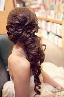wedding photo -  Gorgeous Long Wedding Hairstyle  Wavy Long and Side Swept Hairstyle | Uzun Sacli Gelinler Icin Yandan Toplu Dalgali sac Modelleri