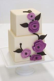 wedding photo - الأبيض فندان كعكة الزفاف الخاصة مع زهور أرجوانية