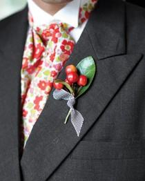 wedding photo - Cereza Boutonniere para el novio
